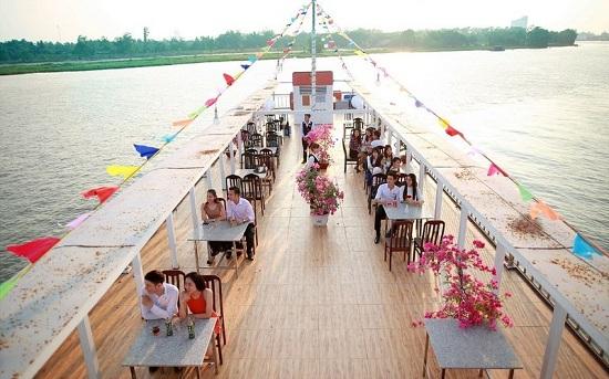 Khách hàng trải nghiệm không gian ẩm thực vô cùng lãng mạn trên du thuyền